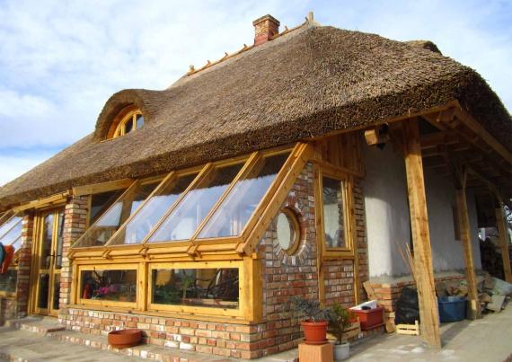дом из соломы и камыша фасад: Экодом своими руками